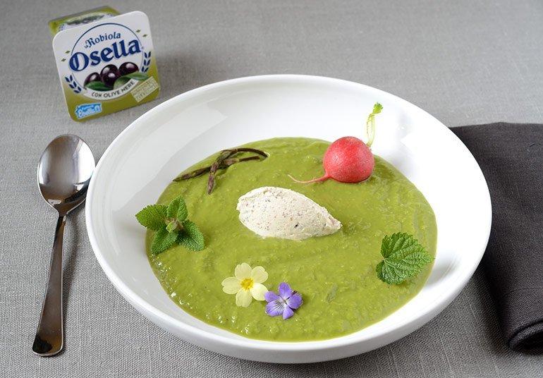 Crema di piselli con erbe aromatiche e Robiola Osella con olive nere