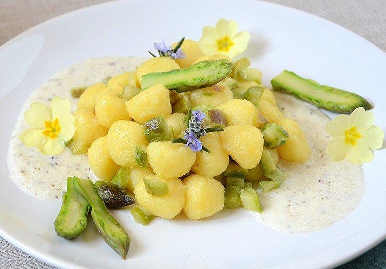 Gnocchetti di patate con fonduta di Robiola Osella con tartufo e dadolata di asparagi