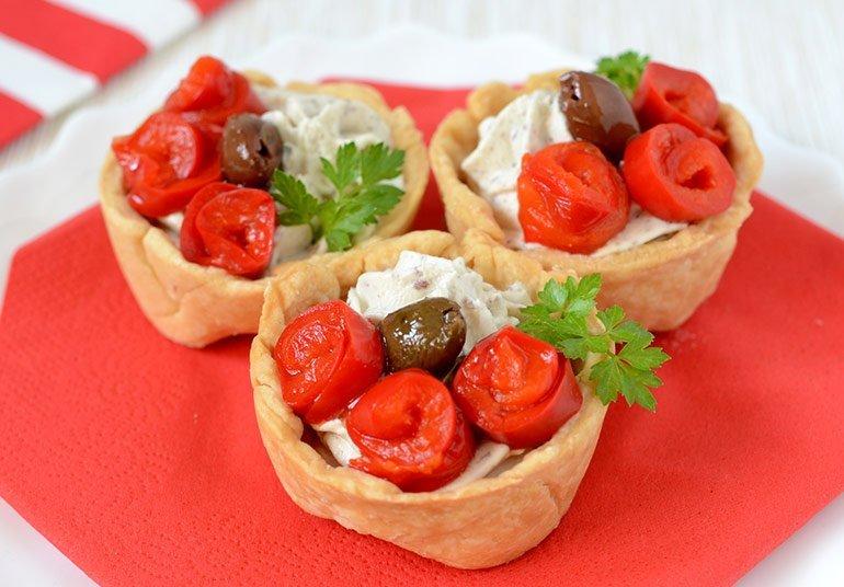 Tortini con Olive, peperoni e crema di Robiola Osella con olive nere