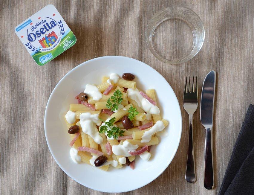 Maccheroncini con prosciutto di Praga, olive taggiasche e Robiola Osella - Ricette Fattorie Osella