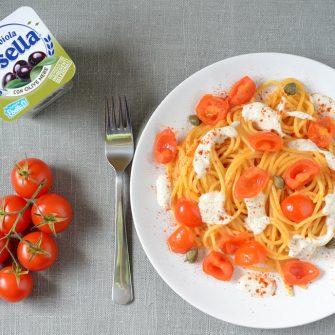 Spaghetti con datterini, capperi e Robiola Osella con olive nere