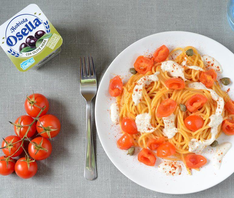 Spaghetti con datterini, capperi e Robiola Osella con olive nere - Ricette Fattorie Osella