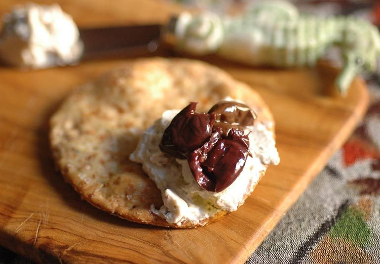Cracker con olive e erbe di Provenza e Robiola Osella con olive nere