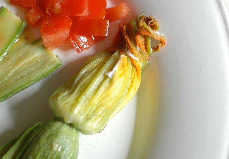 Fiori di zucchina farciti con Ricotta Osella su strato di pomodori