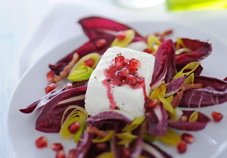 Robiola con insalata trevisana, pancetta e melagrana