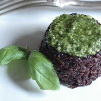 Tortini di riso con salsa al basilico e Robiola Osella con pomodori capperi e olive