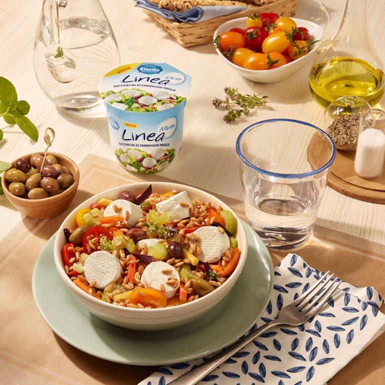Insalata di farro con carote, sedano, pomodorini colorati e olive