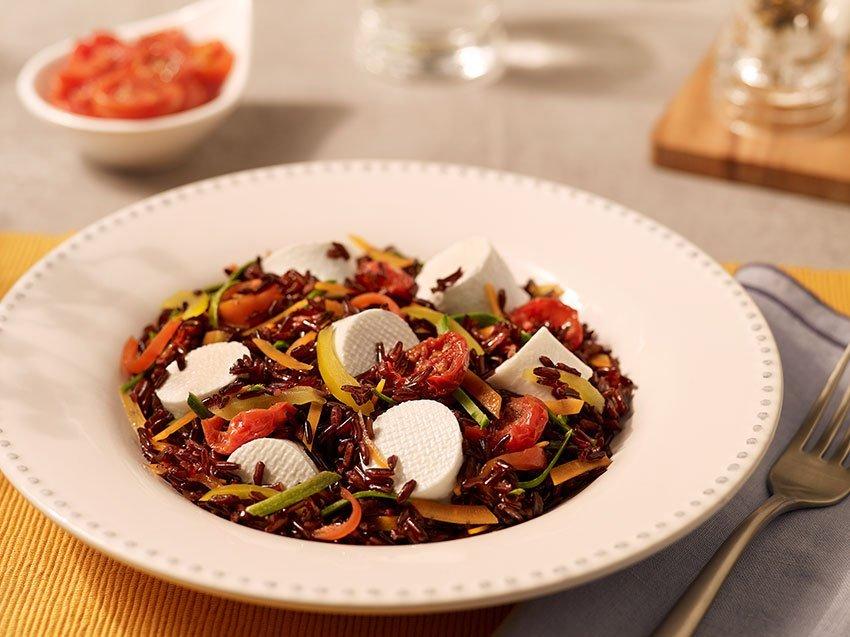 Riso venere con julienne di verdure, pomodorini sott'olio e basilico
