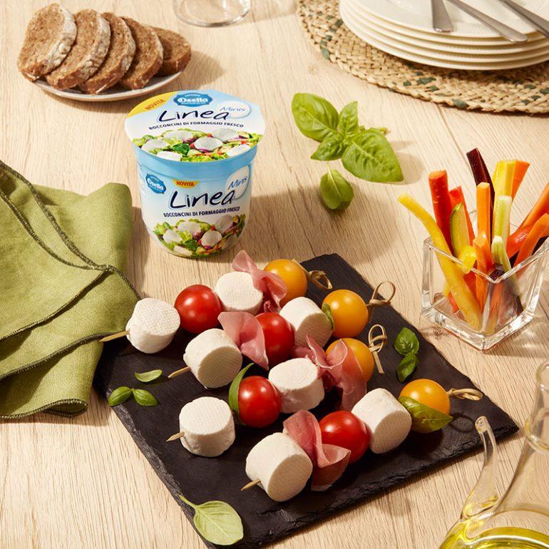 Spiedini con Linea Minis, pomodorini colorati, basilico e prosciutto crudo
